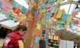 """A """"árvore das soluções"""", uma obra artística instalada em Le Bourget, onde as pessoas devem postar ideias para combater os problemas causados pelas mudanças climáticas"""