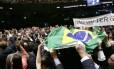 Deputados levantam a bandeira do Brasil na sessão que definiu parte dos indicados à comissão do impeachment na Câmara