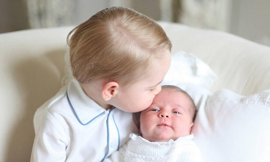 """Quem resiste a um beijo, seja de amor, carinho ou paixão? O site """"Mashable"""" reuniu as demonstrações de afeito mais ilustres de 2015 a começar pela cena fofíssima entre príncipe George e a irmãzinha, a princesa Charlotte Duchess of Cambridge / PA"""