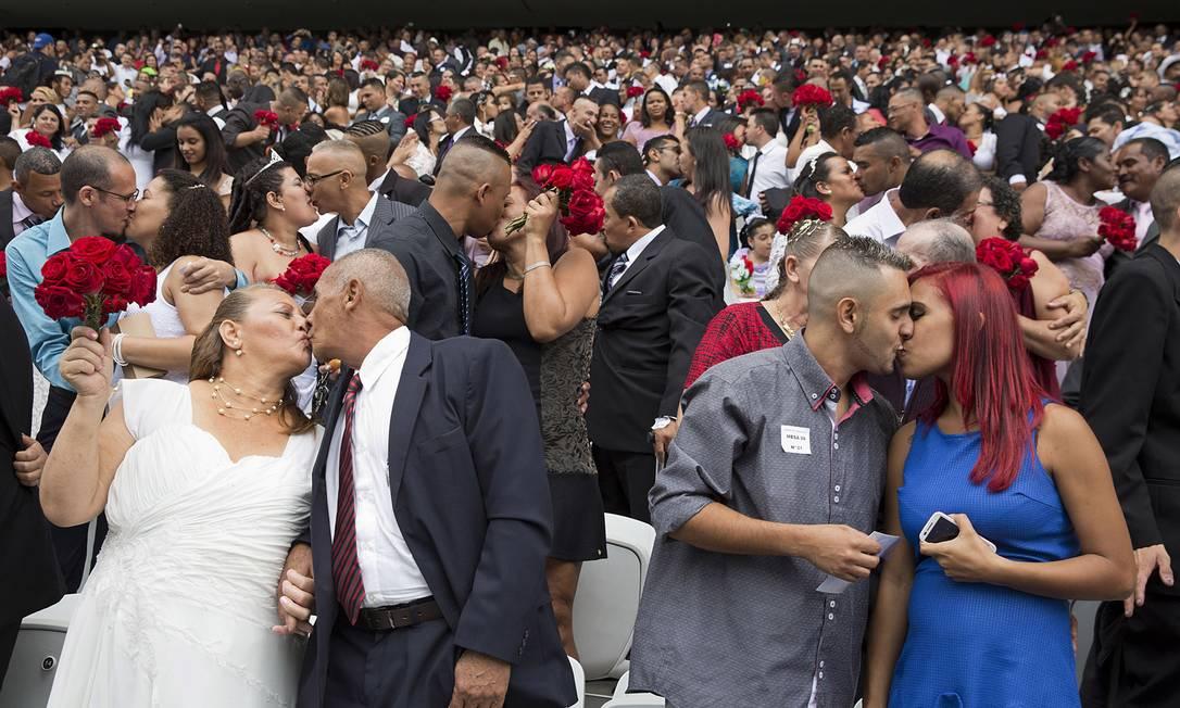 Os beijos no casamento coletivo que reuniu mais de 400 casais em São Paulo, em setembro, também foi escolhido como ilustre Andre Penner / AP