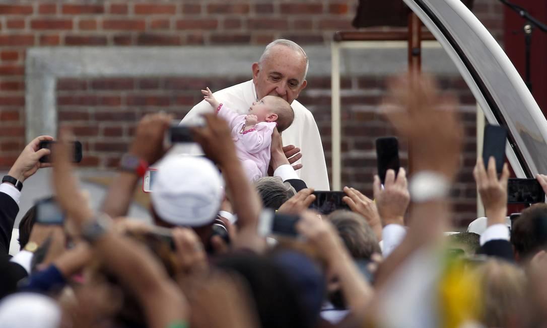 O beijo do Papa Francisco em uma criança, em sua visita aos Estados Unidos, em setembro, resultou num belo registro para a posteridade Alex Brandon / AP