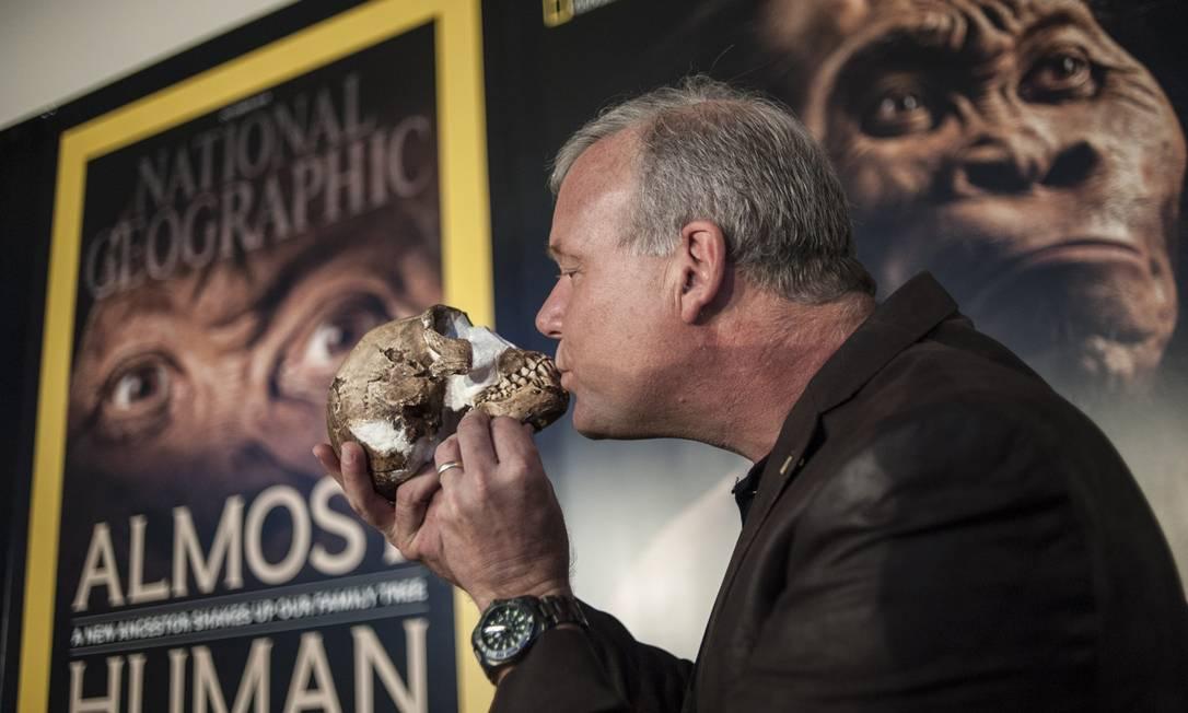 O beijo entre o professor Lee Berger e um Homo naledi, um ancestral dos humanos descoberto na África e apresentado ao mundo em setembro. Que tal? STEFAN HEUNIS / AFP