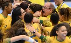 O técnico Morten Soubak e as jogadoras da seleção comemoram a vitória do Brasil graças a um gol de Dara a quatro segundos do fim da partida Foto: JONATHAN NACKSTRAND / AFP