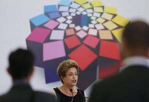 A presidente Dilma Rousseff discursa na cerimônia de entrega do Prêmio Direitos Humanos 2015 no Palácio do Planalto Foto: André Coelho / Agência O Globo