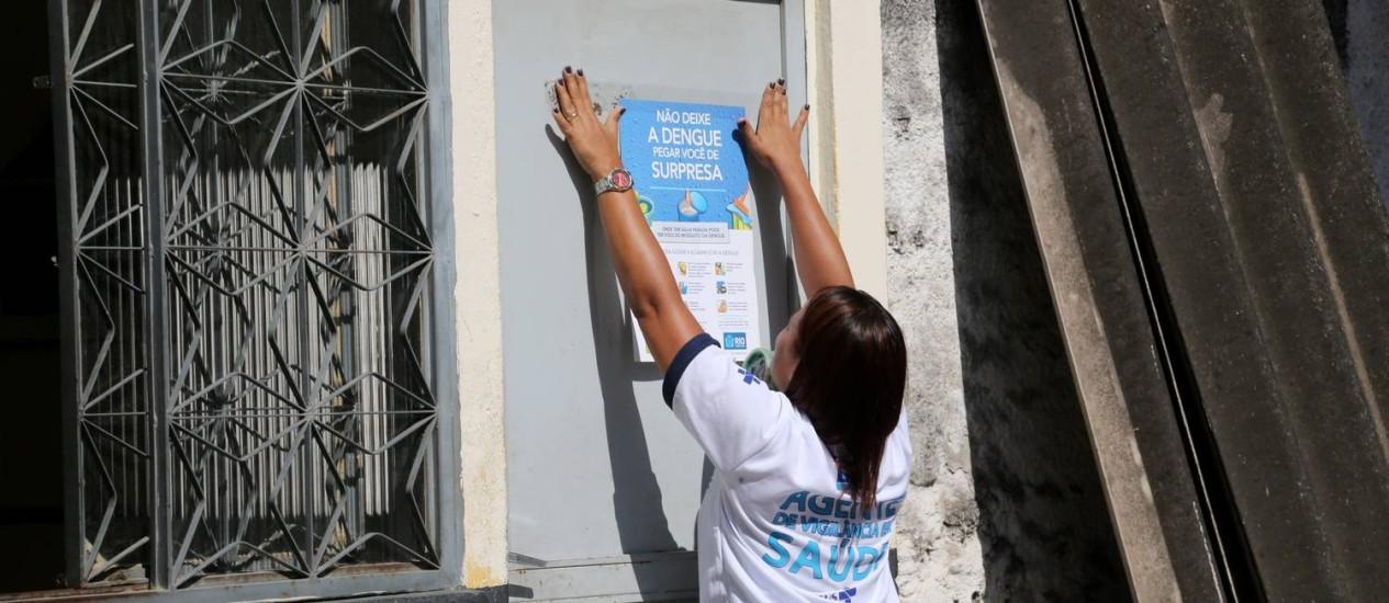 Secretaria Municipal de Saúde espalha panfletos contra o Aedes aegypti na Zona Portuária Foto: Custódio Coimbra