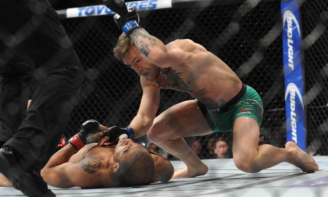 Após derrubar Aldo, McGregor ainda aplicou dois golpes no rosto do brasileiro Gary A. Vasquez / USA Today Sports
