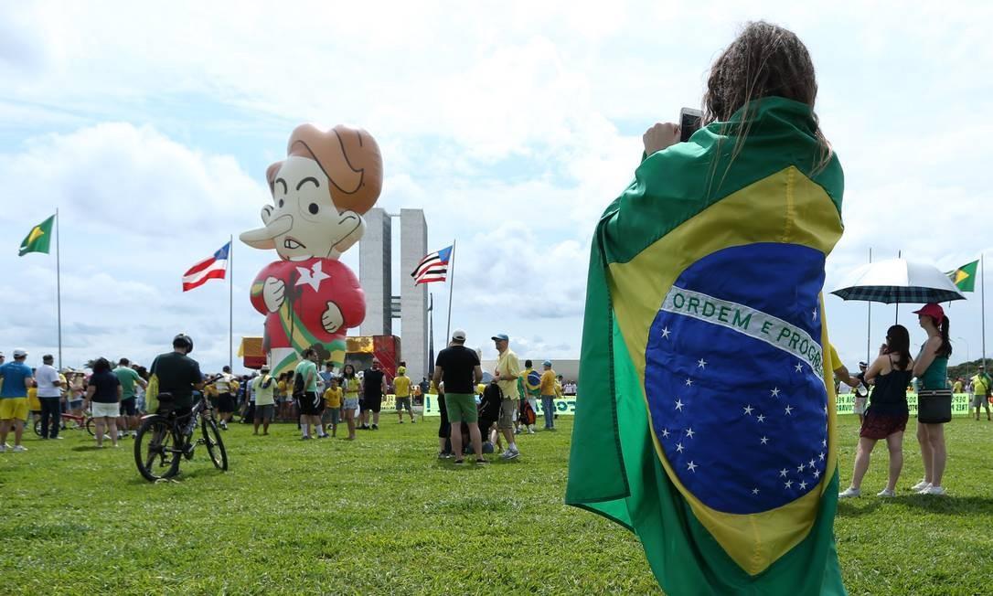 Grupo de manifestantes pró-impeachment se reuniu próximo ao Congresso Nacional em Brasília Foto: ANDRÉ COELHO / Agência O Globo