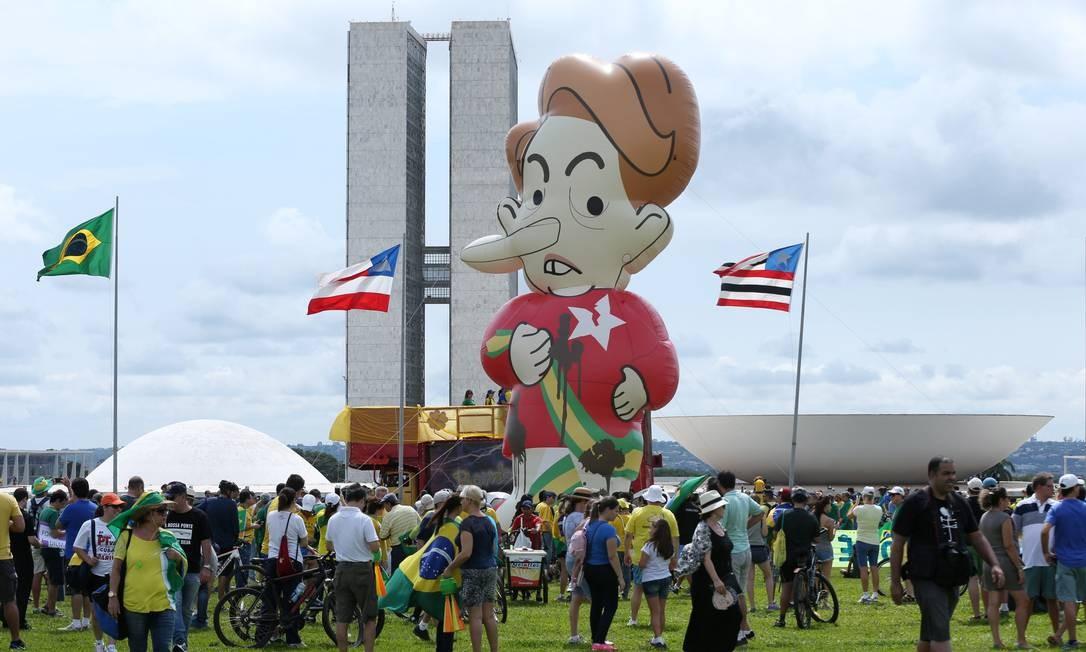 Um balão de Dilma foi levado para o protesto em Brasília Foto: ANDRE COELHO / Agência O Globo