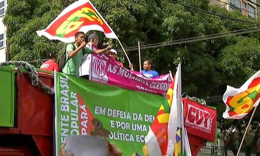 Em Belém, manifestantes que defendem o governo Dilma falaram do alto de um carro da CUT no mesmo local onde havia o ato pró-impeachment Foto: Reprodução/TVG