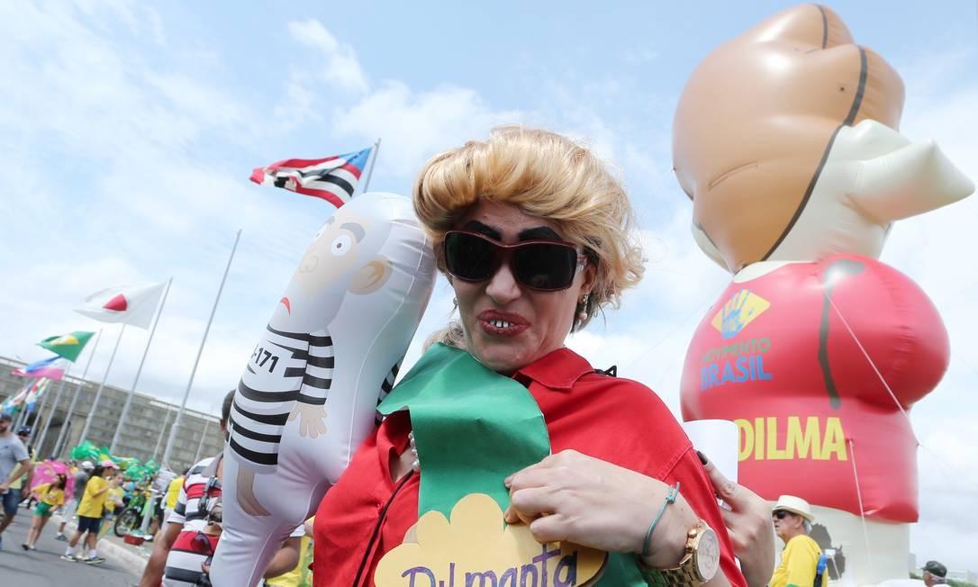Em Brasília, teve manifestante que se fantasiou... Foto: ANDRE COELHO / Agência O Globo