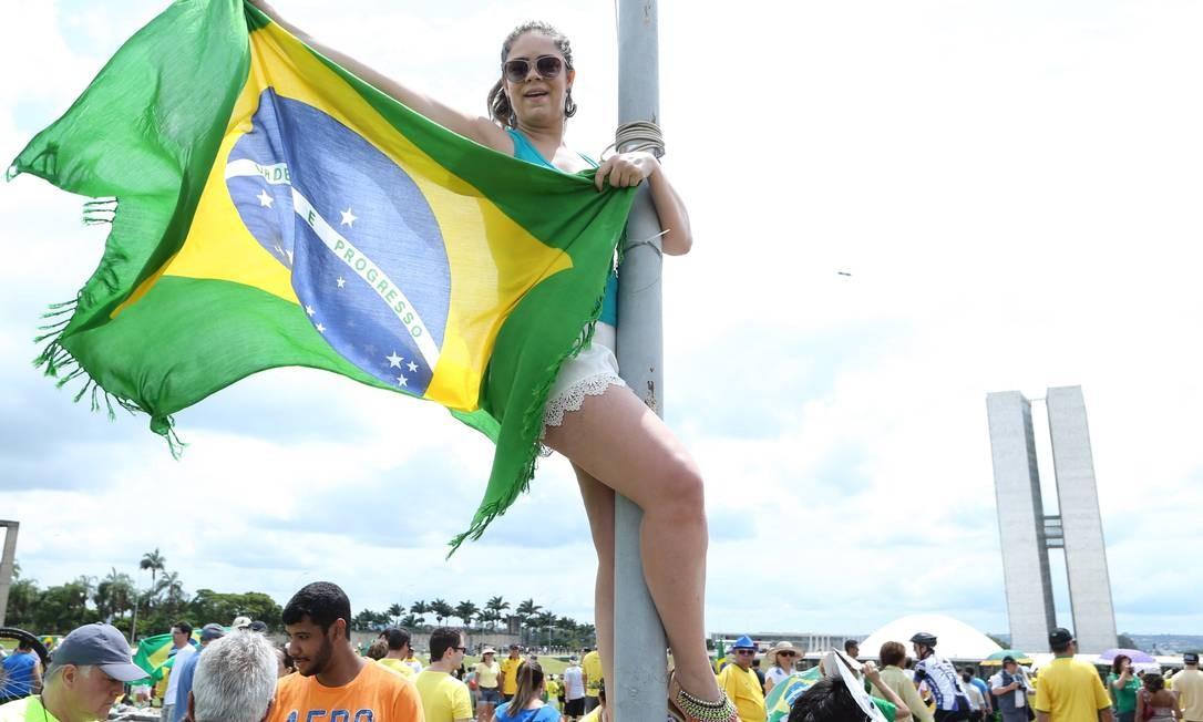 ... e outros que subiram no poste Foto: ANDRE COELHO / Agência O Globo