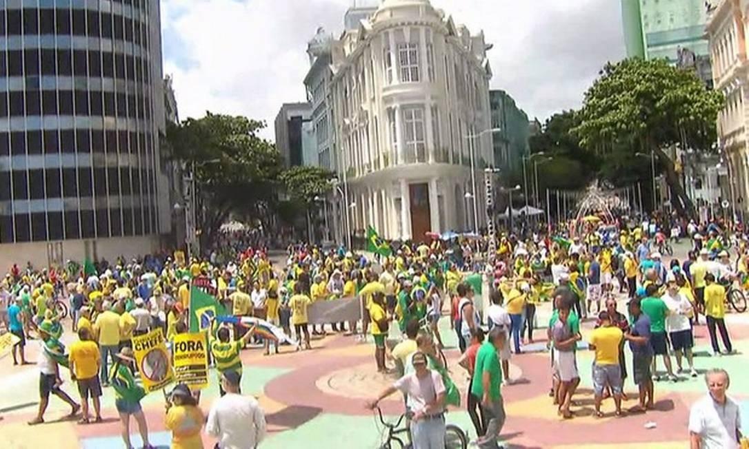 Em Recife, os manifestantes se concentraram no Marco Zero, um dos principais pontos turísticos da capital pernambucana Foto: Reprodução TV Globo