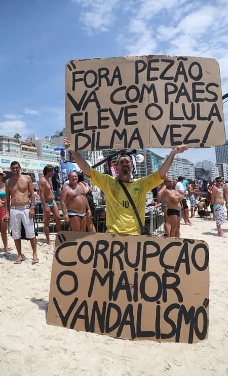... outros foram protestar na faixa de areia Foto: Custódio Coimbra / Agência O Globo