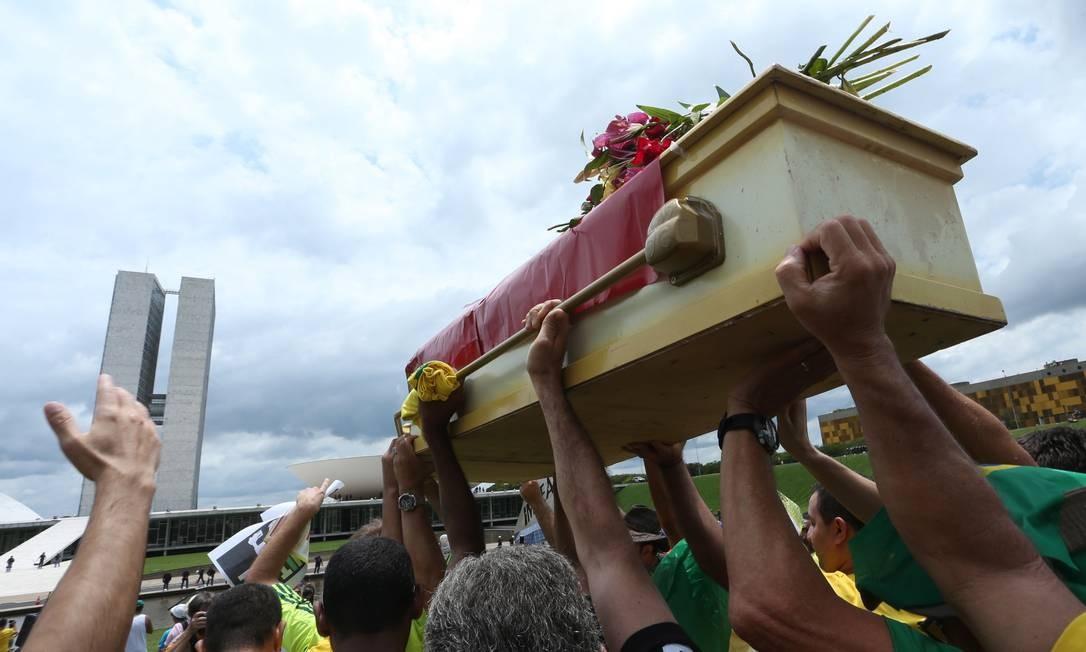 Um grupo levou um caixão coberto com a bandeira do PT Foto: ANDRE COELHO / Agência O Globo