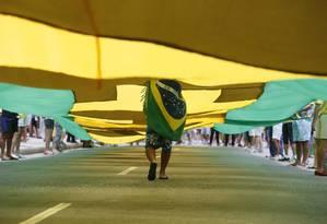 Manifestante caminha durante protesto na orla de Copacabana Foto: Pablo Jacob / Agência O Globo