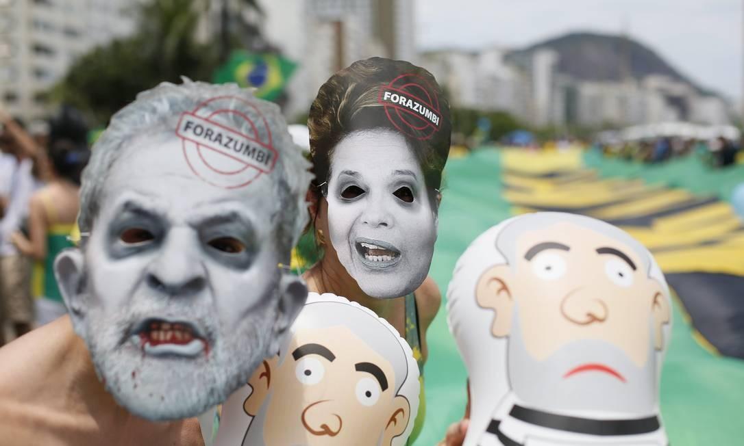 Alguns manifestantes usaram máscaras... Foto: Pablo Jacob / Agência O Globo