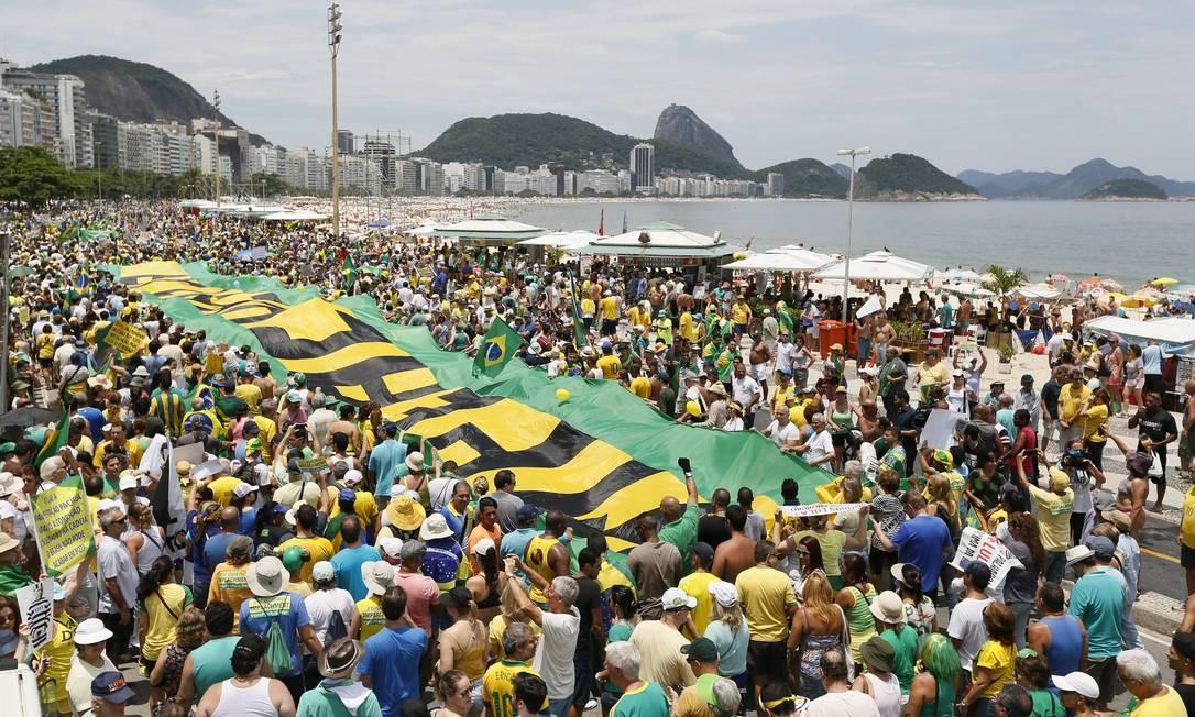 No Rio, os manifestantes pró-impeachment se reuniram em Copacabana Foto: Pablo Jacob / Agência O Globo