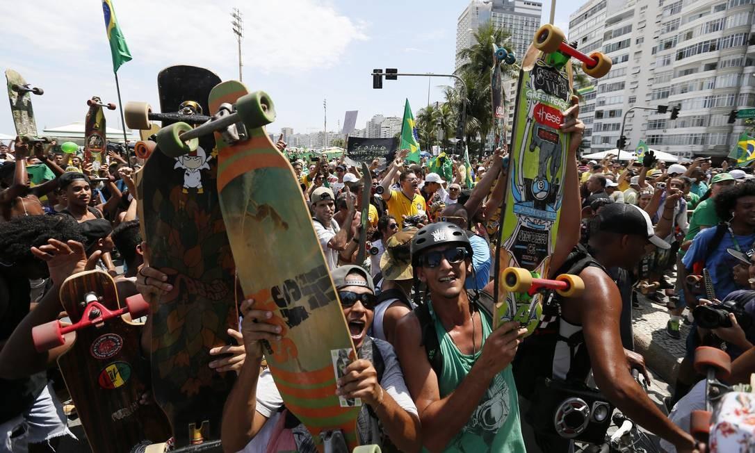 Protesto em Copacabana teve momentos de tensão quando skatistas chegaram ao local, e um policial apontou a arma de bala de borracha para o grupo Foto: Pablo Jacob / Agência O Globo