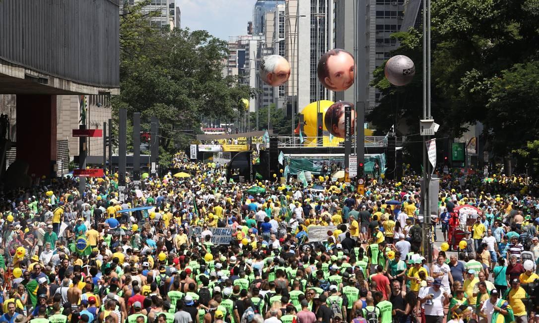 Manifestantes ocupam a avenida, que fica fechada aos domingos Foto: Fernando Donasci / Agência O Globo