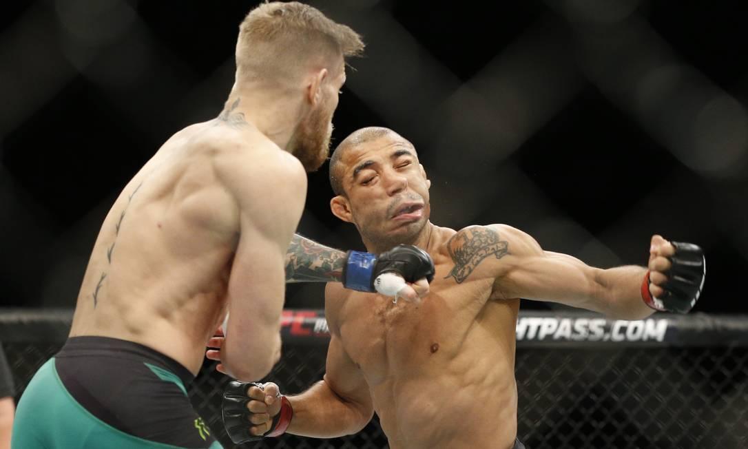 Conor McGregor acerta o soco que nocauteou José Aldo com apenas 13 segundos de luta em Las Vegas John Locher / AP