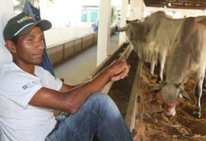 Menos renda. O tratador de animais Fernando José ganhava R$ 1,1 mil no início do ano. O salário agora baixou para R$ 724. Foto: Efrém Ribeiro / Efrém Ribeiro