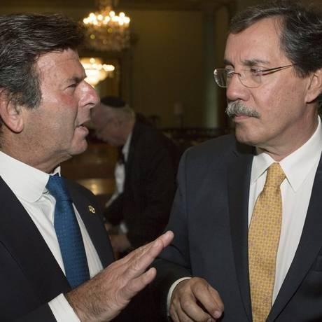 O ministro Fux e Merval Pereira: homenagem da organização judaica de direitos humanos Foto: Antonio Scorza / Agência O Globo