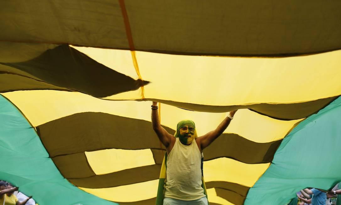 Bandeira gigante no protesto foi estentida na Avenida Atlântica Foto: Pablo Jacob / Agência O Globo