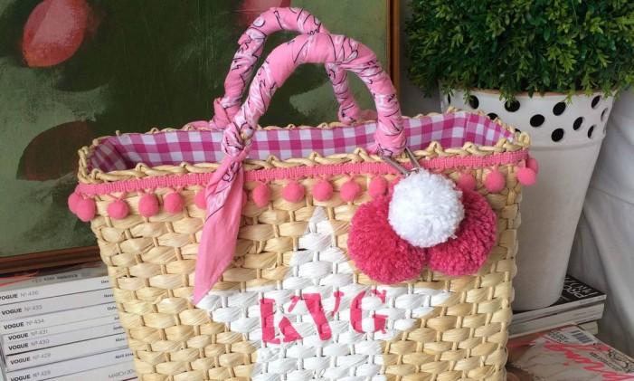 Bolsa de palha com iniciais, criação da Carol Arrigoni Foto: Divugação