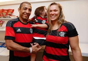 José Aldo e Ronda Rousey posam com a camisa do Flamengo após jogo no Maracanã Foto: Divulgação