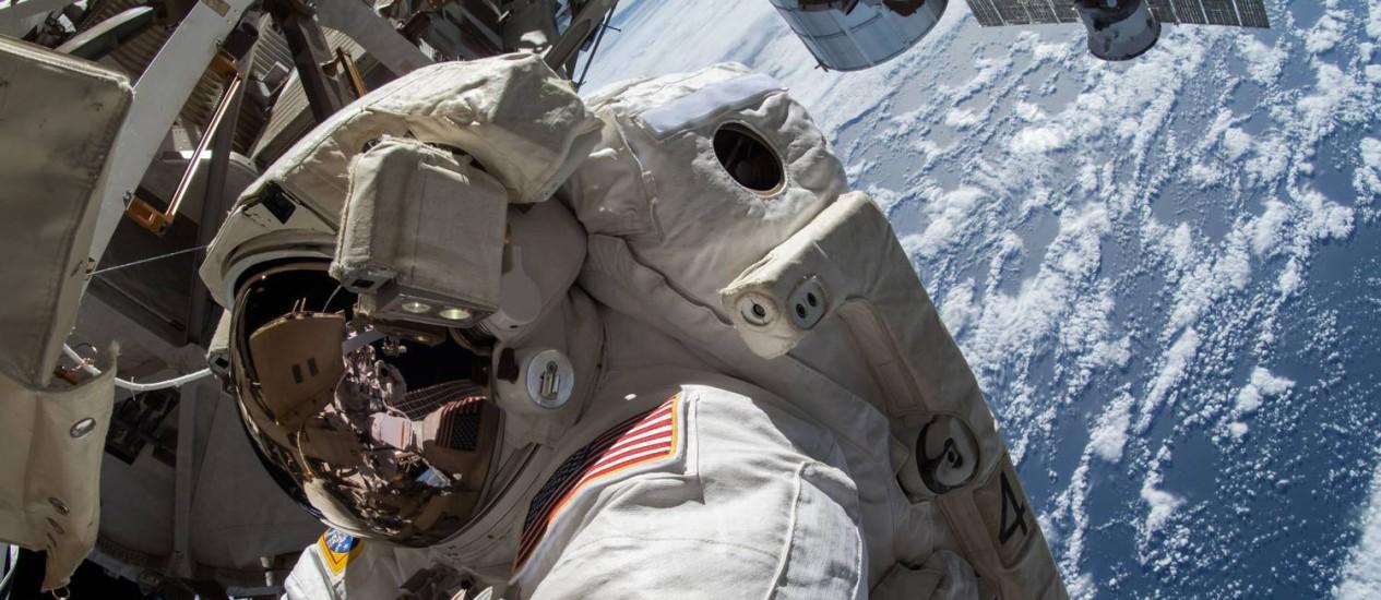 Astronauta americana trabalha do lado de fora da Estação Espacial Internacional: nova turma vai abrir caminho para missão tripulada a Marte Foto: Nasa