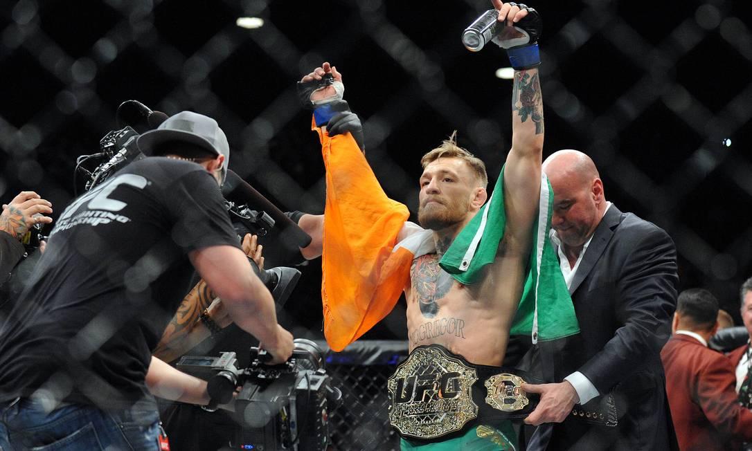McGregor recebe o cinturão dos penas ao nocautear José Aldo Gary A. Vasquez / USA Today Sports