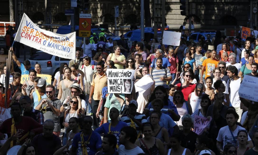 PROTESTO. Profissionais de saúde mental e pacientes em frente à Alerj, na manifestação contra troca no ministério Foto: Domingos Peixoto / Agência O Globo