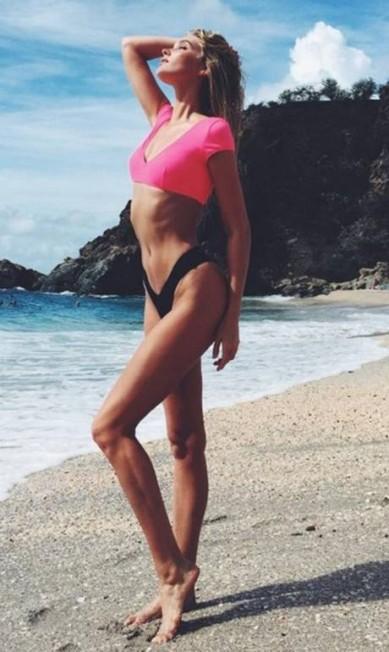 A sueca Elsa Hosk, a angel que veio do frio, passou bons momentos sob o sol com seu modelito asa delta Reprodução/ Instagram