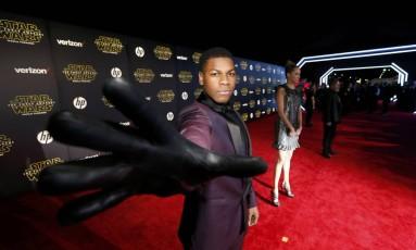 Ator John Boyega, o Finn, brinca com a força na première de 'Star Wars' Foto: MARIO ANZUONI / REUTERS