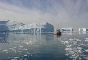 Embarcação atravessa geleira em setembro: nova rota marítima facilita comércio entre países Foto: Divulgação/Greenland Travel