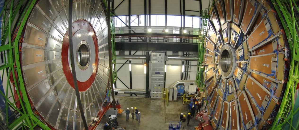 """Imagem mostra partes dos imãs gigantes do detector CMS antes de sua instalação nos subterrâneos do LHC, em 2006: se confirmada sua existência, partícula misteriosa abriria caminho para a tão esperada """"nova física"""" Foto: REUTERS/DENIS BALIBOUSE"""