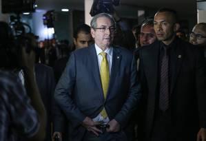 O presidente da Câmara, Eduardo Cunha, deixa o Congresso pela saída do Senado, após entrevista coletiva Foto: André Coelho / Agência O Globo