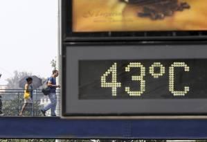 Nos últimos meses de 2015 não foi raro ver a temperatura chegar a mais de 40 graus Celsius no Rio Foto: Marcelo Carnaval/16.10.2015