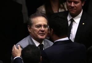 O presidente do Senado, Renan Calheiros cumprimenta o deputado Leonardo Picciani após anunciar no plenário que estava de volta a liderança do PMDB na Câmara dos Deputados Foto: Jorge William / Agência O Globo