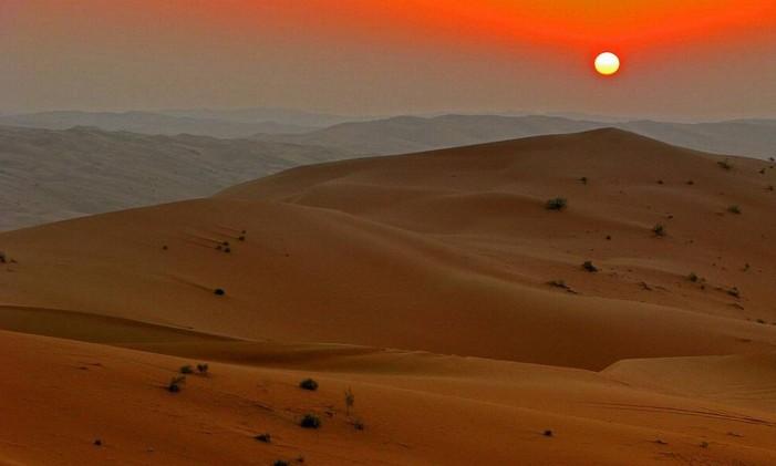 """Um dos maiores desertos do mundo, Rub' al Khali, perto de Abu Dhabi, nos Emirados Árabes Unidos, aparece em """"Star Wars - O despertar da força"""" como Jakku, o planeta onde Ray vive e conhece Finn. Foto: Creative Commons"""