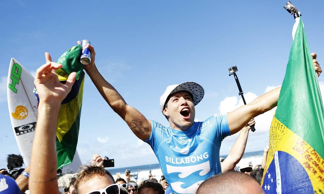 Adriano de Souza festeja o inédito título mundial Divulgação - WSL