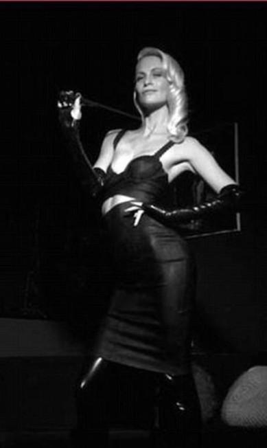 """Nem só de Cara vive os Delevingne. Poppy, it-girl britânica famosa antes mesmo de a irmã despontar no cenário fashion, posou como dominatrix em ensaio da """"Love"""" Divulgação"""