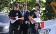 Policiais deixam prédio na Zona Oeste com documentos e laptop de acusado