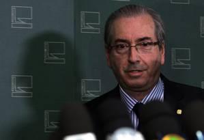 O presidente da Câmara, Eduardo Cunha, concede entrevista após sessão do STF Foto: Givaldo Barbosa / Agência O Globo / 17-12-2015