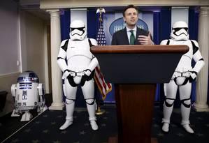 O porta-voz de Obama, Josh Earnest, foi responsável por apresentar atração inusitada Foto: KEVIN LAMARQUE / REUTERS