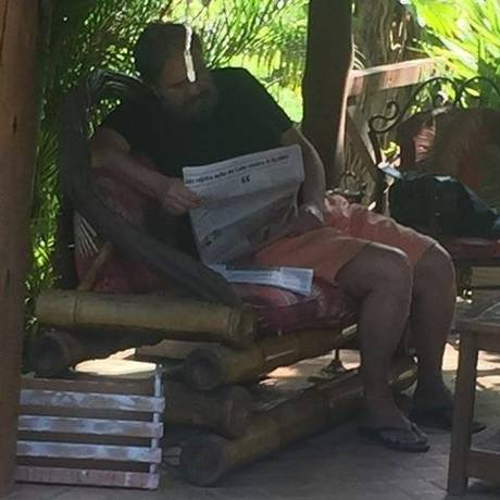 Pedro Barusco, agora de barba, lê no jornal no spa: constrangimento para outros hóspedes Foto: Divulgação
