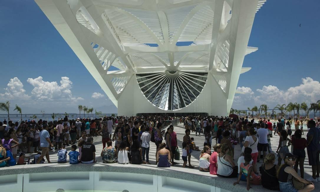 Uma enorme fila se formou na entrada do Museu do Amanhã Foto: Fernando Lemos / Agência O Globo