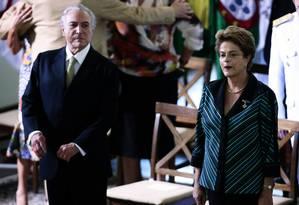 A presidente Dilma Rousseff e o vice Michel Temer, juntos em cerimônia de cumprimentos aos oficiais-generais, em dezembro Foto: Jorge William / Agência O Globo / 16-12-2015