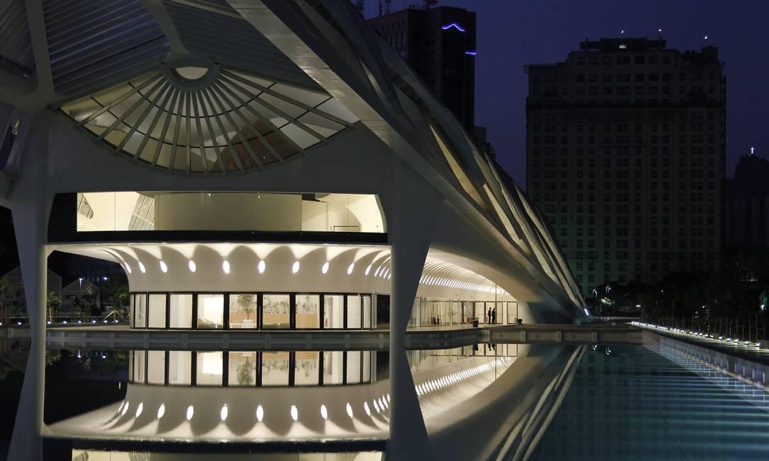 Antes do nascer do sol, no primeiro dia aberto ao público, o Museu é protagonista diante de um antigo ícone da Praça Mauá, o prédio do jornal A Noite Foto: Pedro Teixeira / Agência O Globo