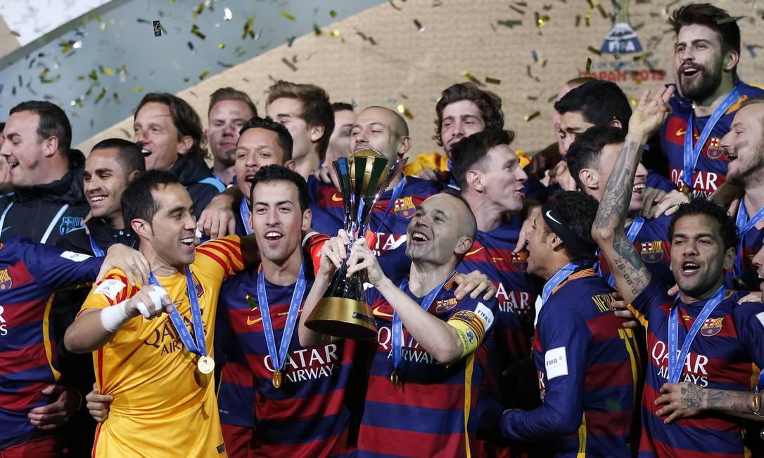 Iniesta ergue o troféu do Barcelona após a conquista do título mundial no Japão Thomas Peter / REUTERS